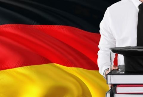 mężczyzna natle niemieckiej flagi